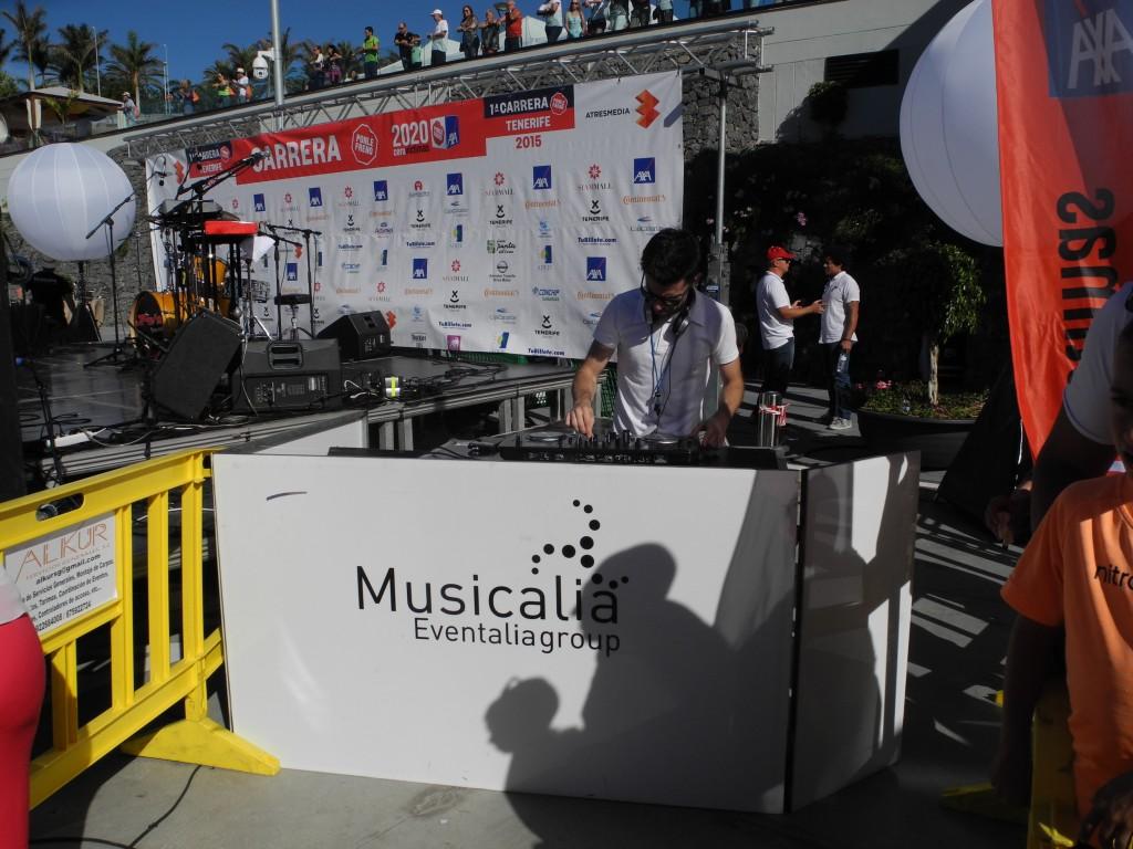 Nuestro Dj se encargo de poner música en el evento.